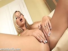 Sexy Blondie Shrieks While Drilling Her Poon And Squirts. Hd